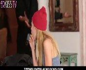 скриншот для Скачать порно бесплатно: Накаченный, похотливый нигер жестко ебет блондиночку