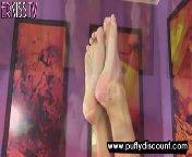 скриншот для Скачать порно бесплатно: Хорошенькая сучка использует фаллоимитатор в киске