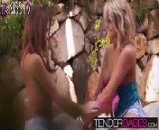 скриншот для Скачать порно бесплатно: Эмили любит пальцами ласкать свою подругу