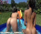 скриншот для Скачать порно бесплатно: Горячие латиночки развлекаются в бассейне