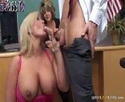 скриншот для Скачать порно бесплатно: Студентка ебется с преподом при директрисе