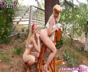 скриншот для Скачать порно бесплатно: Блондиночка скачет на лошадке,а сучка ебет ее попку членом,как у жеребца