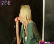 скриншот для Скачать порно бесплатно: Блонди зашла в туалет и офигела от толстого члена торчащего из стены