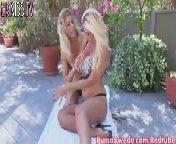 скриншот для Скачать порно бесплатно: Блондиночка Иден отлизывает подруге письку