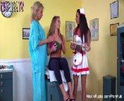 скриншот для Скачать порно бесплатно: Николь Энистон развлекается с медсестрами в кабинете