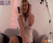 скриншот для Скачать порно бесплатно: Блондиночка Мегги ласкает себя на фотосессии