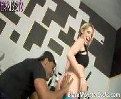 скриншот для Скачать порно бесплатно: Грудастая Кортни трахается с тренером после тренировки