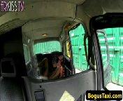 скриншот для Скачать порно бесплатно: Негритоска трахается с водилой на заднем сиденье