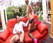 скриншот для Скачать порно бесплатно: Гламурная блондинка в черных чулках трахается со зрелым мужиком
