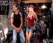 скриншот для Скачать порно бесплатно: Зрелая грудастая блонди сосет член зрелому байкеру