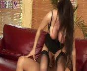 скриншот для Скачать порно бесплатно: Молоденькая брюнетка трахается в групповухе с тремя членами
