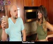 скриншот для Скачать порно бесплатно: Лысый сексуальный парень трахает брюнетку с волосатой писей