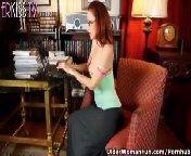 скриншот для Скачать порно бесплатно: Зрелая дама мастурбирует в трусиках и колготках
