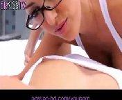 скриншот для Скачать порно бесплатно: Парень встретил красавиц своим крепким стволом, на который они набросились с большим воодушевлением. Уж девки и о�