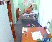 скриншот для Скачать порно бесплатно: Врачиха трахнулась с пациентом прямо в кабинете