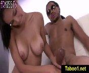 скриншот для Скачать порно бесплатно: Жасмин Каро дрочит хуй красивому латинцу