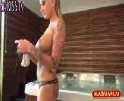 скриншот для Скачать порно бесплатно: Чувак снимает цыпочку в ванне и трахает ее