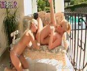 скриншот для Скачать порно бесплатно: Великолепная блондинка лесбиянка совратила подругу
